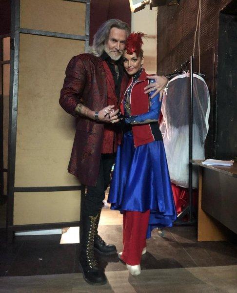 И перекукарекает: Волочкова в костюме петуха снова обжимается с Джигурдой