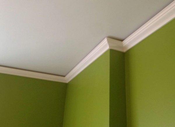 Плинтуса придают законченный вид натяжным потолкам