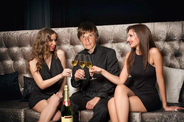 барин с двумя девушками - 4