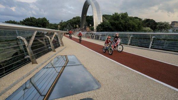 «Ноги Кремля» не было? В Киеве треснул стеклянный мост, на котором прыгали Кличко