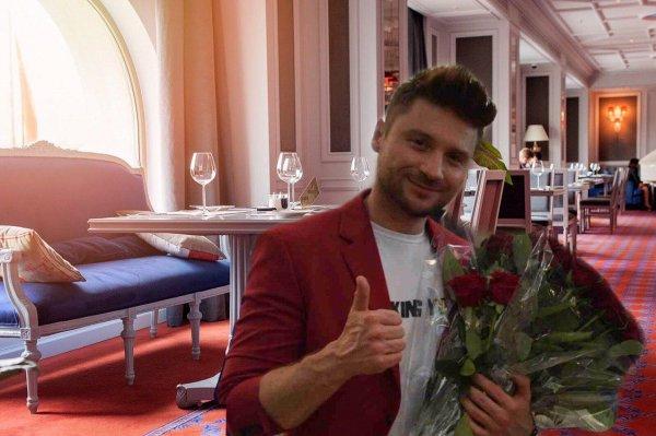Любовник больше не тайна? Лазарев показал ужин на двоих в номере отеля