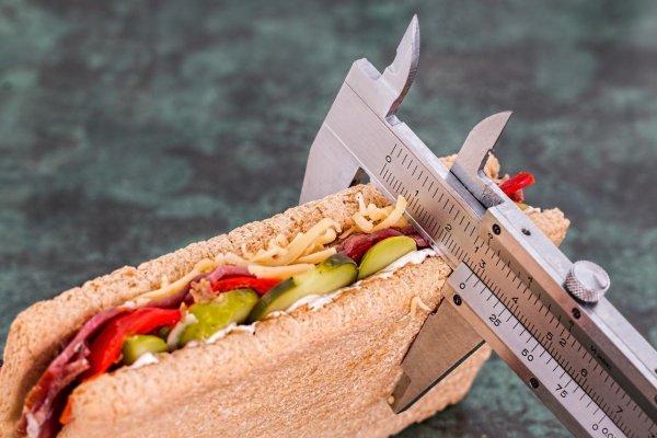 Почему несмотря на соблюдение диеты вес может не уходить, а прибавляться, объяснил эксперт