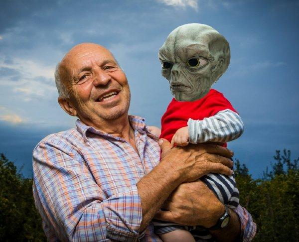 «Мой внук - аннунак!»: Клоуны-пришельцы превращают детей в марионеток