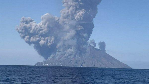 Целебное извержение вулкана на Сицилии было спровоцировано НЛО - уфолог