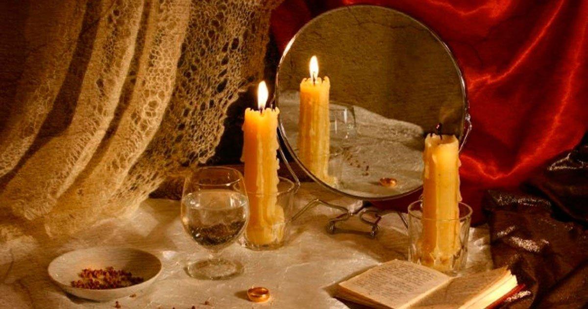 фото книг свечей и зеркала умело ласкает