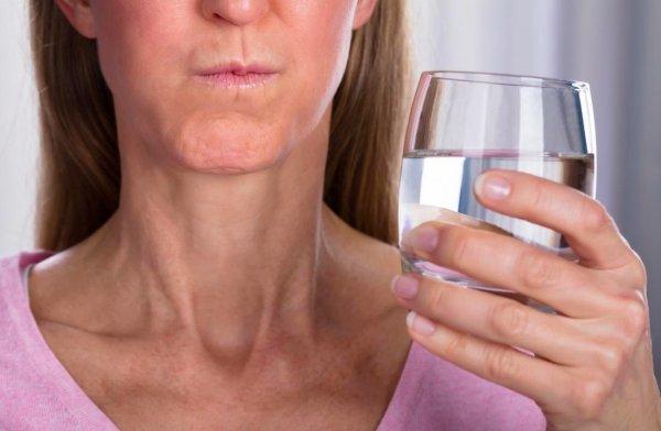 Полоскание горла содой и солью - прошлый век. Врач назвал новый рецепт раствора