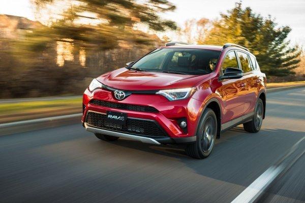 Стоит ли покупать б/у автомобиль в кризис? Владелец Toyota RAV4 рассказал о перспективах кроссовера в сложные времена