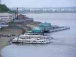 Амурское пароходство продолжает вывоз людей с дачных поселков на левом берегу Амура